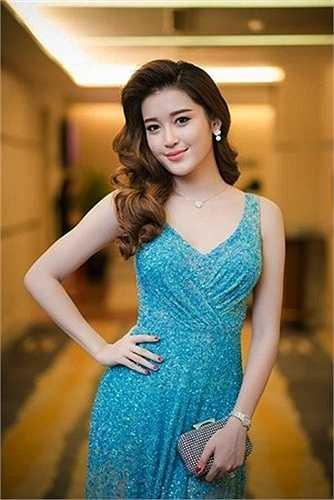 Váy áo đi sự kiện của nàng Á hậu cũng có những khoảng hở thênh thang.