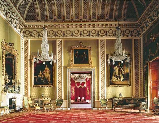 10.Nhắc tới Hoàng gia là nói đến sự giàu có, sang trọng nhưng thực tế thì Hoàng gia không phải là đại gia số một nước Anh. Với khối tài sản trị giá 550 triệu USD, nữ hoàng Elisabeth II chỉ đứng vị trí 257 trong danh sách những người giàu nhất đất nước.
