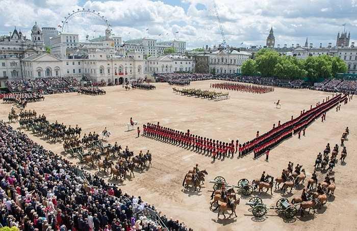 8. Mỗi năm, nữ hoàng Anh Elizabeth đều tổ chức 2 bữa tiệc sinh nhật. Tất nhiên không phải bà được sinh ra 2 lần. Chỉ một trong số đó là sinh nhật thật sự, ngày 21 tháng 7. Ngày còn lại được tổ chức vào khoảng tháng 5 hoặc tháng 6 như một lễ hội cho công chúng cùng cuộc diễu hành có tên Trooping the Colour.