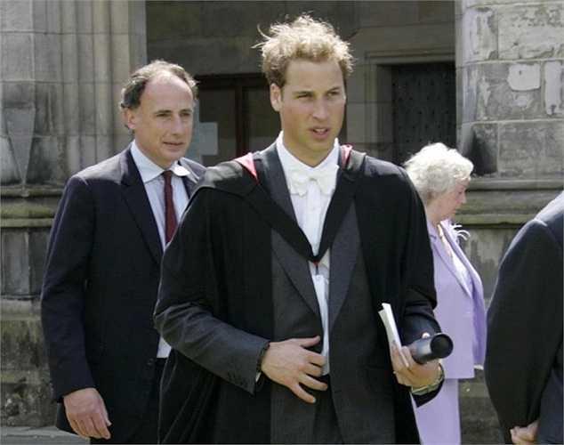 6. Năm 2001, hoàng tử William bắt đầu theo học tại đại học St. Andrew, Scotland sau chuyến đi đến Belize, Chile và nhiều quốc gia châu Phi để giúp đỡ những người dân khó khăn. Hoàng tử tốt nghiệp sau đó 4 năm với tấm bằng Thạc sĩ Nghệ thuật của Scotland và trở thành người kế vị có bằng cấp nhất.