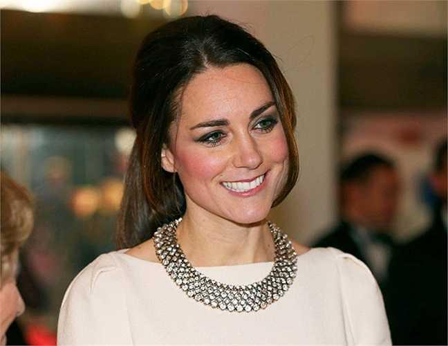 5. William không phải là niềm tự hào duy nhất của gia đình khi phu nhân, công nương Kate Middleton cũng từng theo học ngành Lịch sử Nghệ thuật của đại học St. Andrew, ngôi trường nơi Kate và William gặp nhau. Điều này biến cô trở thành cô dâu Hoàng gia đầu tiên có bằng đại học.