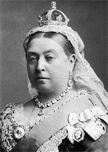 2. Người ta thường thay đổi tên của mình khi không thích hoặc nó gắn với điều gì đó tệ hại thì gia đình Hoàng gia Anh cũng như vậy. Khi trở thành nhà vua hoặc nữ hoàng, họ có quyền chọn một cái tên phù hợp. Nữ hoàng Victoria tên thật là Alexandrina, nhà vua Geogre từng là hoàng tử Albert..