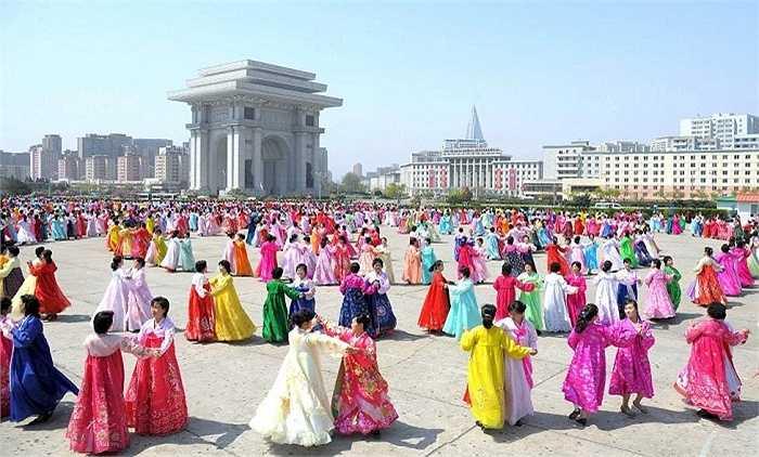 Phụ nữ Triều Tiên biểu diễn múa nhân dịp kỷ niệm 83 năm ngày thành lập Quân đội Nhân dân Triều Tiên