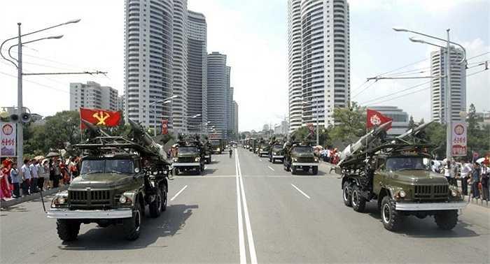 Tên lửa Triều Tiên trên xe tải quân sự trong cuộc diễu binh hồi năm 2013