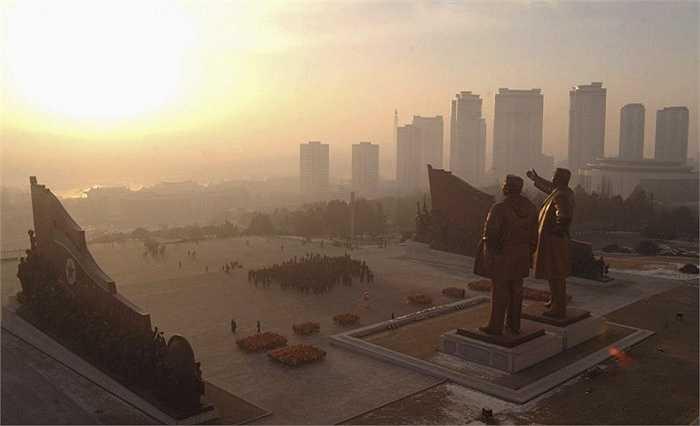 Cảnh bình minh ở khu vực đặt tượng đài hai nhà cố lãnh đạo Kim Nhật Thành và Kim Il Sung trên đồi Mansudae ở Bình Nhưỡng