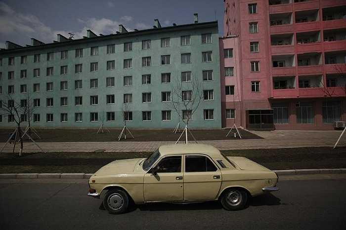Chiếc xe ô tô đi trong khu chung cư ở Bình Nhưỡng