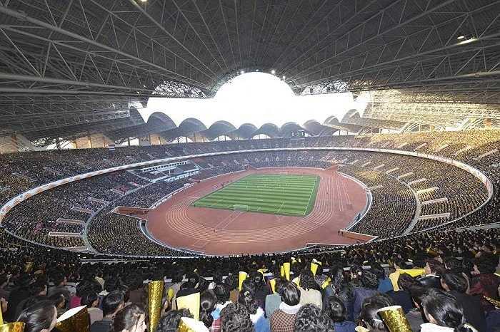 Sân vận động 1/5 tại Bình Nhưỡng chật kín khán giả đến theo dõi trận đấu bóng đá nữ