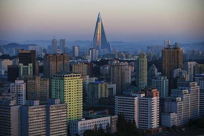 Khách sạn Ryugyong 105 tầng, tòa nhà cao nhất được xây dựng tại Triều Tiên, nổ i bật giữa những tòa nhà cao tầng khác ở thủ đô Bình Nhưỡng