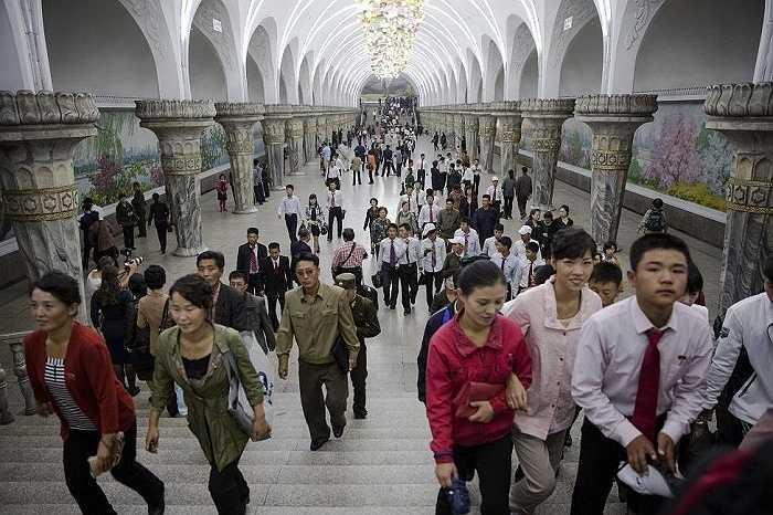 Ga tàu điện ngầm nhộn nhịp, đông người qua lại ở Bình Nhưỡng