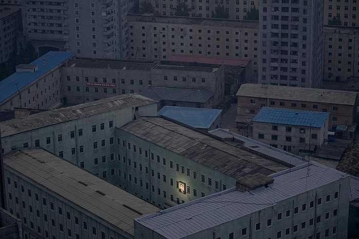 Hình ảnh chân dung lãnh tụ Triều Tiên Kim Nhật Thành sáng nổi bật giữa các tòa nhà ở Bình Nhưỡng