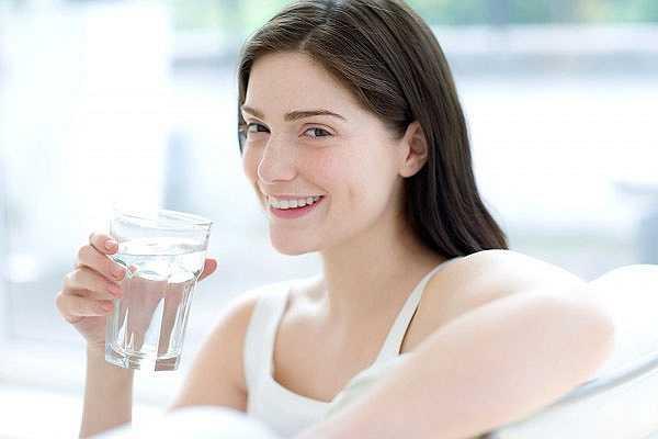 Uống nhiều nước mỗi ngày là một thói quen khá quan trọng bởi vì cơ thể chúng ta phần lớn là nước. Chúng ta thường bị mất nước khi đi tiểu, ra mồ hôi hay do các hoạt động thể chất hàng ngày khác. Ngoài ra, việc uống trà hay cà phê mỗi buổi sáng cùng với việc uống rượu xã giao với bạn bè cũng là nguyên nhân gây nên mất nước. Thiếu nước trong cơ thể sẽ khiến da bị khô, nhăn nheo và dễ nứt nẻ. Trái lại, khi cơ thể bạn được cung cấp đủ lượng nước thì làn da sẽ trông mềm mại và tươi trẻ hơn.