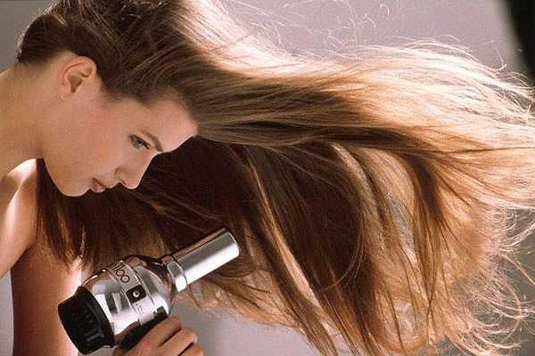 Hạn chế sử dụng các thiết bị làm tóc. Máy sấy tóc, máy ép tóc hay một số thiết bị làm tóc khác không tốt cho mái tóc của bạn. Do đó, bạn nên hạn chế sử dụng các thiết bị này nếu muốn sở hữu một mái tóc chắc khỏe.