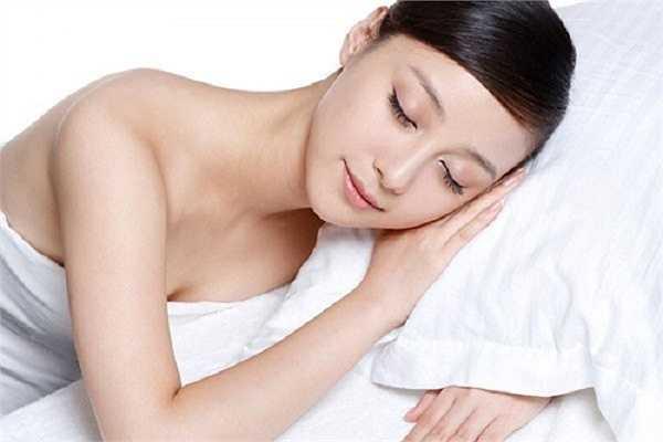 Ngủ đủ giấc. Hầu hết các nghiên cứu đều chỉ ra rằng thức khuya là một trong số những nguyên nhân chính khiến nếp nhăn hình thành. Bên cạnh đó, thiếu ngủ cũng gây ra các dấu hiệu lão hóa khác như sạm da, mắt thâm quầng, nám… Theo đó, phái đẹp cần ngủ ít nhất 6-8 giờ mỗi ngày để cơ thể được nghỉ ngơi hợp lý, giúp sản sinh tế bào mới.