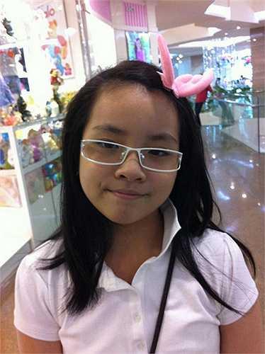 Hình ảnh cô bé khi còn học tiểu học, ngây thơ và đáng yêu.