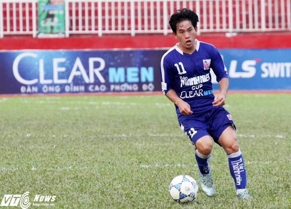 Nguyễn Lam thua kém về thể hình và không thể làm tròn nhiệm vụ săn bàn (Ảnh: Hoàng Tùng)
