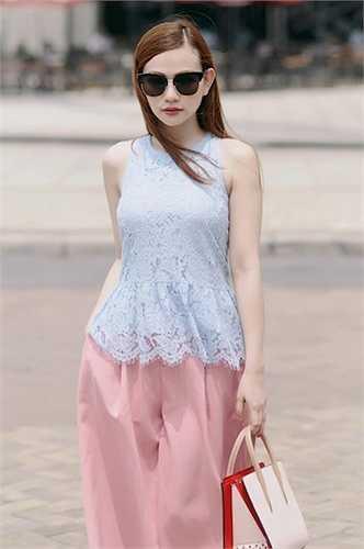Cô được đánh giá luôn biết biến hoá với những bộ trang phục của mình, cô nàng tự tin khoe làn da trắng ngần dạo phố Sài Gòn.