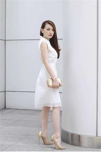 Cô chọn bộ váy trắng có phần đơn giản.