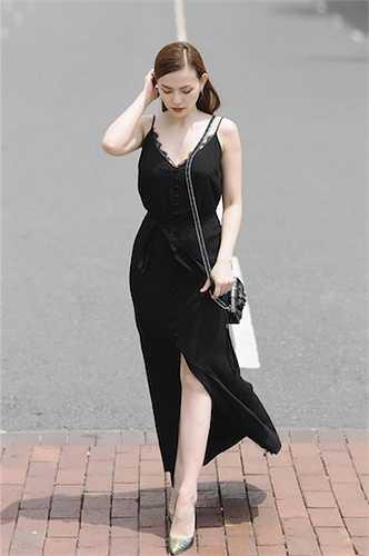 Mái tóc nâu cùng bộ váy đen dài tưởng chừng như đơn giản nhưng lại làm nổi bật làn da trắng nõn nà của Thu Thuỷ.