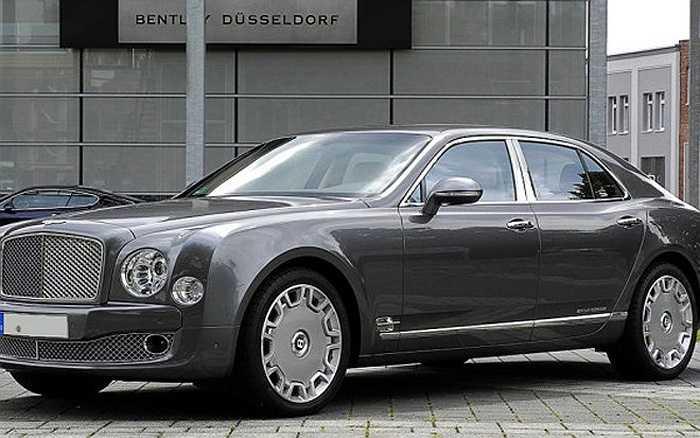 Với động cơ V8, mẫu xe Bently Mulsanne có trọng lượng 2,6 tấn. Giá của chiếc xe sang này là 306.000 USD.