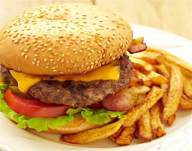 Cắt giảm chất béo trans: Nói chung, các loại thực phẩm chứa các chất béo trans có xu hướng làm bạn tăng cân. Khoai tây chiên và bánh mì kẹp thịt làm tăng nguy cơ cho sức khỏe bạn.