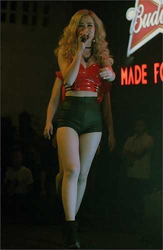 Đông Nhi 'đốt mắt' khán giả cùng trang phục gợi cảm với áo crop top đỏ và quần hot pants siêu ngắn.