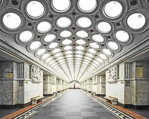 Ga tàu điện ngầm Elektrozavodskaya, Moscow, với hệ thống đèn trần lộng lẫy