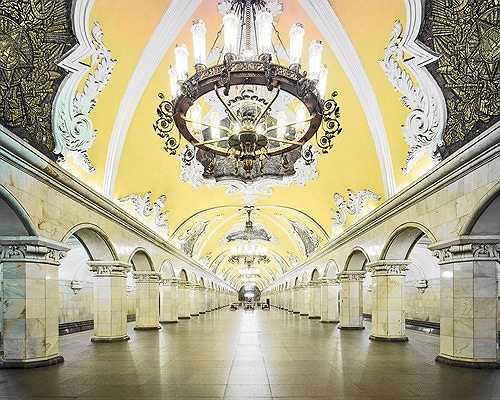 Hệ thống ga Komsomolskaya với những bộ đèn trùm nguy nga cùng phần trần vòm được chạm khảm cầu kỳ, tinh xảo.