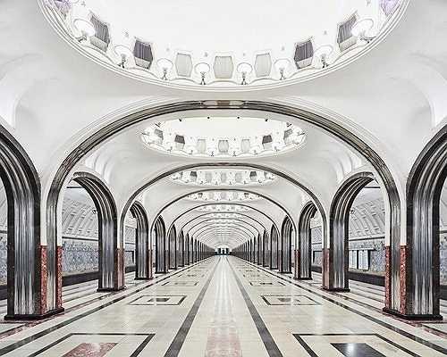 Nhà ga Mayakovskaya với hàng cột thép không gỉ sáng bóng và những bức tường cẩm thạch sang trọng.