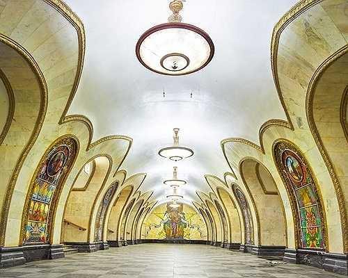 Nhà ga Novolobodskaya với những bức tranh lớn bằng kính màu tuyệt đẹp.