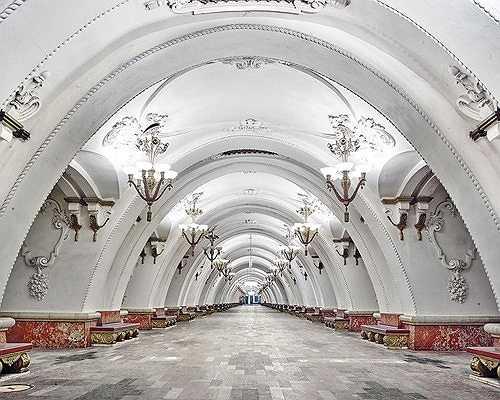 Nhà ga Arbatskaya với phần trần uốn vòm mềm mại mang màu trắng tinh khiết.