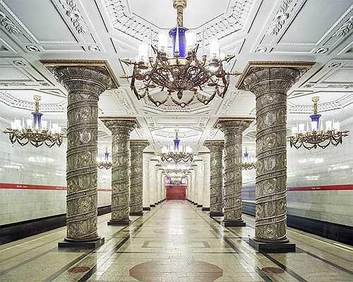 Sảnh của nhà ga tàu điện ngầm Avoto, St. Petersburg, giống như một tòa lâu đài nguy nga, tráng lệ.