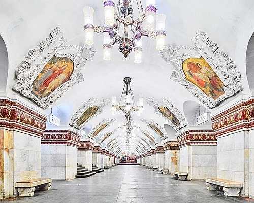 Nhà ga Kiyevsskaya trở nên huyền ảo và sinh động với những bức tranh trần lớn ấn tượng.