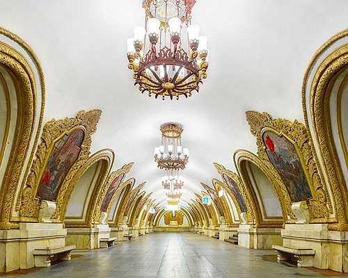 Kiến trúc lộng lẫy của nhà ga Kiyevsskaya khiến nhiều người lầm tưởng đây là một phòng triển lãm tranh sang trọng hơn là một ga tàu điện ngầm.