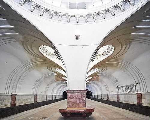 Nhà ga Sokol với phần trần uốn lượn hết sức nghệ thuật.