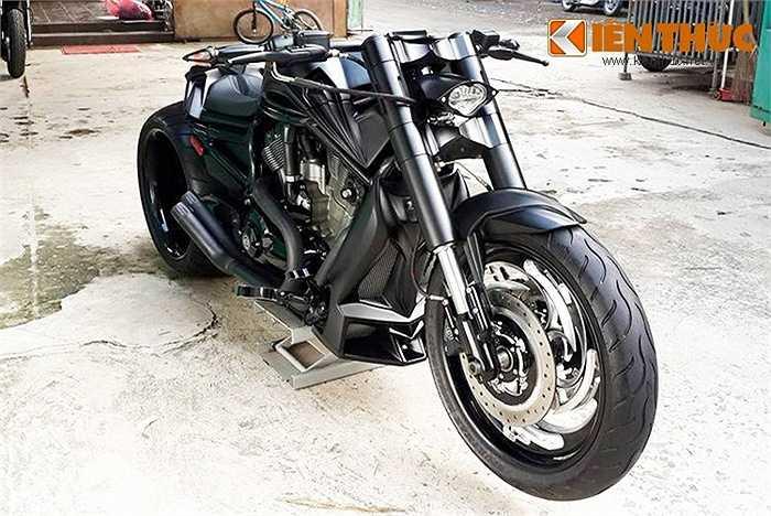 Biker trẻ 'vui tính' nổi tiếng trong giới chơi xe tại Việt Nam - Đức Tào Phớ vừa đưa thêm vào bộ sưu tập xe của mình chiếc Harley-Davidson V-Rod Muscle được độ với phong cách cực kỳ đặc biệt.