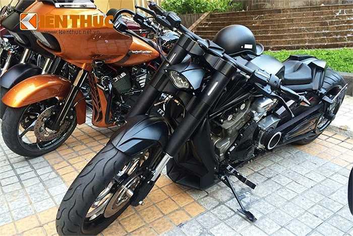 Với các đặc điểm dễ nhận biết như kiểu động cơ V-Twin góc nghiêng 60 độ cùng bộ tản nhiệt phía trước. V-rod được Harley-Davidson phát triển nhằm cạnh tranh trực tiếp với những mẫu xe cơ bắp của Nhật Bản và Ý như; Yamaha V-Max, và sau đó là Ducati Diavel.