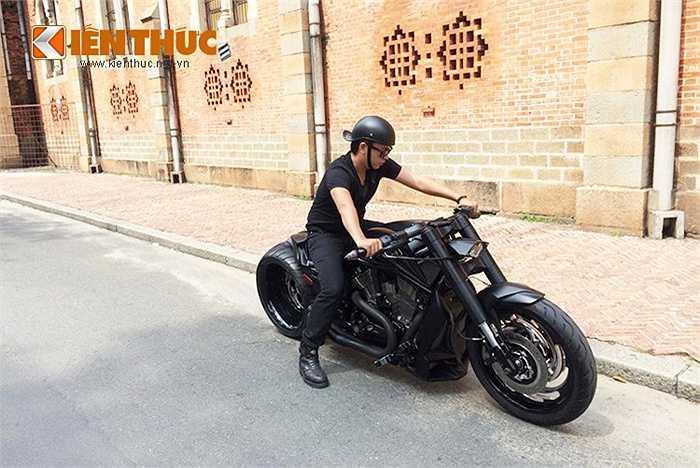 Được đánh giá là 'cậu em út ngỗ nghịch' nhất trong gia phả nhà Harley-Davidson và là mẫu xe Cruiser mạnh mẽ nhất trong phân khúc - V-rod Muscle có thể hất tung bất kỳ đối thủ nào ngáng đường nó.