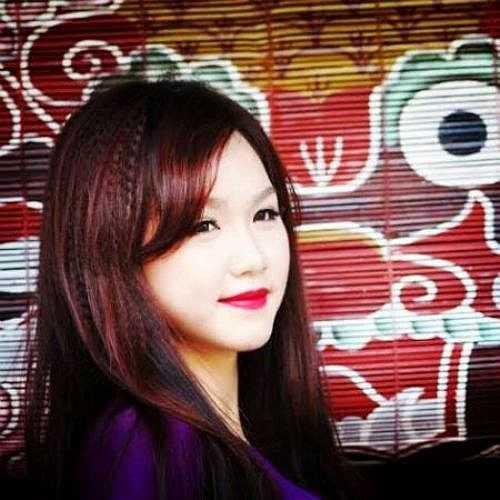 Nữ sinh xinh đẹp Đặng Thị Ngân (1995) sinh ra và lớn lên ở Nghĩa Tân - Hà Nội, hiện là sinh viên lớp Báo ảnh K33, Học viện Báo chí và Tuyên truyền.