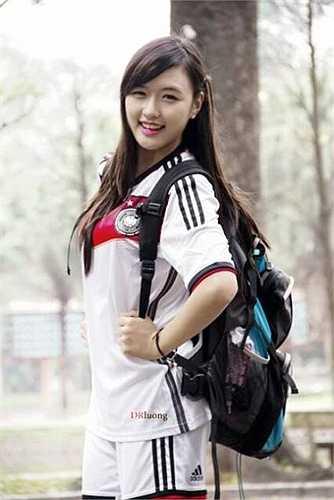 Với lợi thế chiều cao và khuôn mặt xinh xắn nên bên cạnh việc học tập tại Học viện, Phương Chi còn tham gia làm người mẫu ảnh tự do, tham gia đóng các MV ca nhạc cho một số ca sĩ và được giới trẻ rất ủng hộ.