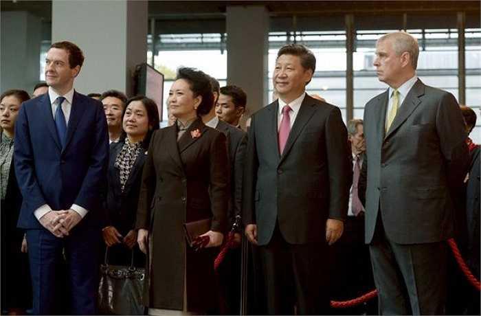 Trong chuyến công du tới Anh cùng phu nhân Bành Lệ Viện, Chủ tịch Trung Quốc Tập Cận Bình đã đến thăm Trung tâm đào tạo của Man City
