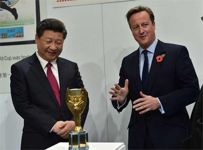Thủ tướng Anh Cameron giới thiệu bản sao của chiếc cúp vàng thế giới Jules Rimet mà ĐT Anh từng giành được khi vô địch World Cup 1966