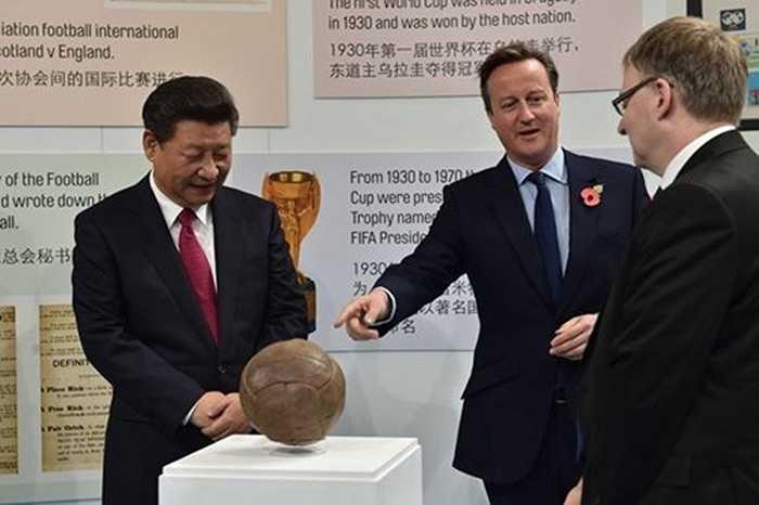 Thủ tướng Anh giới thiệu một trái bóng cổ, từng được người Anh thi đấu trước đây. Nó được làm bằng da lợn