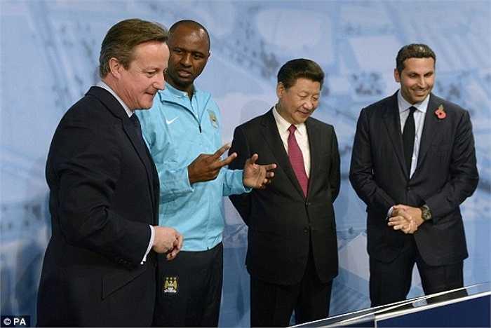 Theo lời gợi ý của Thủ tướng Anh David Cameron, Chủ tịch Tập đã đến thăm mô hình đào tạo của Man City