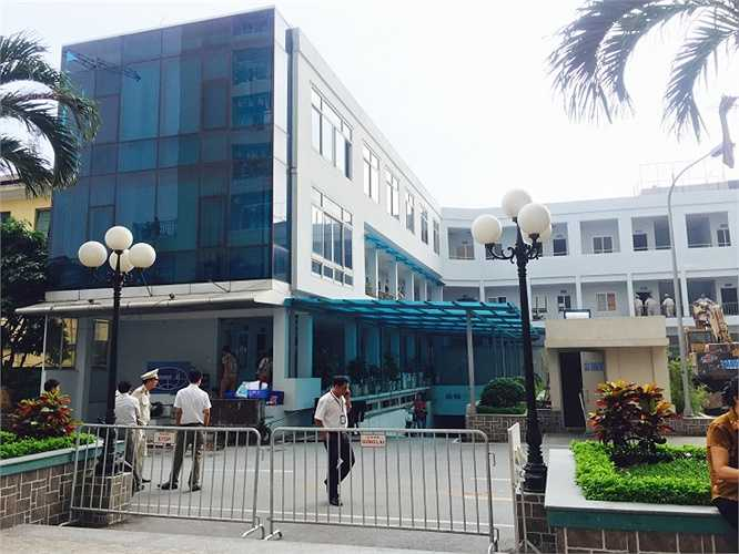 Đúng 9h sáng nay (26/10) các lực lượng chức năng đã có mặt tại dự án Thăng Long Garden (250 Minh Khai, Hà Nội) để thực hiện việc cưỡng chế 2 công trình sai phạm tại dự án này