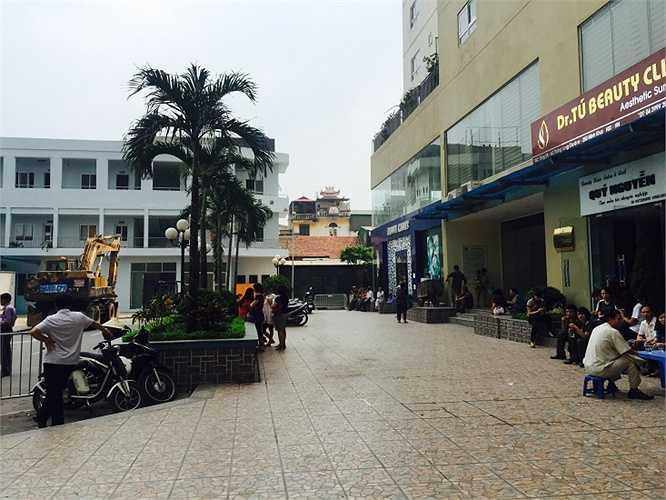 Trước đó, Chủ tịch UBND phường Minh Khai Trịnh Lê Đức vừa ký thông báo số 62 ngày 23/10/2015 về Hẹn ngày thi hành 2 Quyết định cưỡng chế 2 công trình vi phạm trật tự đô thị tại số 250 Minh Khai do Công ty Cổ phần May Thăng Long làm chủ đầu tư.