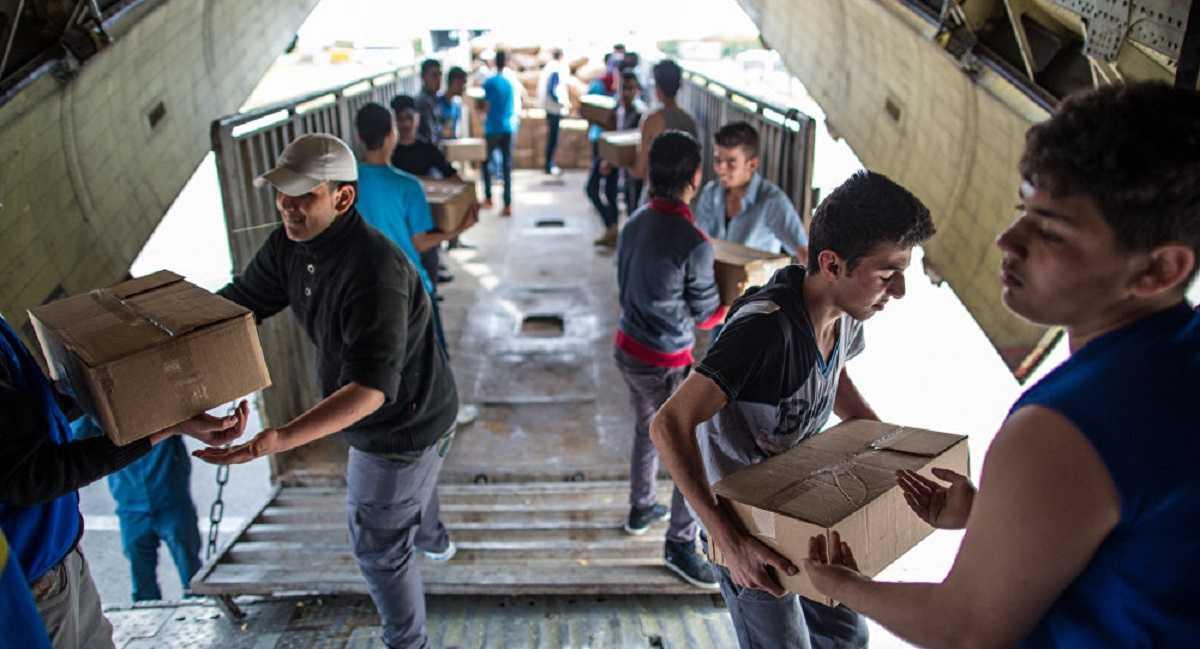 Người dân Trung Đông nhận hàng viện trợ