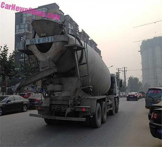Nhiều người than phiền rằng xe chở vật liệu xây dựng chạy qua nườm nượp, cộng với tiết thời hanh khô khiến mọi thứ phủ bụi rất nhanh.