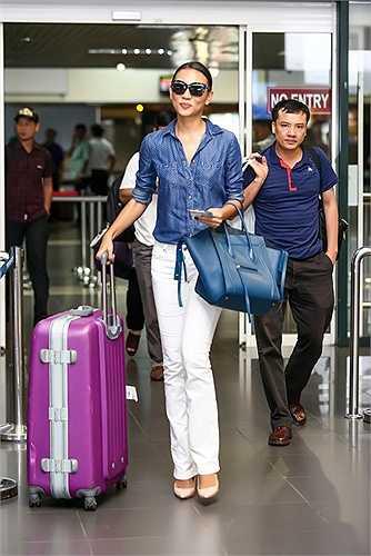 Tối qua, 25/10, cô đã từ Sài Gòn ra Hà Nội để chụp hình quảng cáo cho nhãn thời trang nước ngoài.