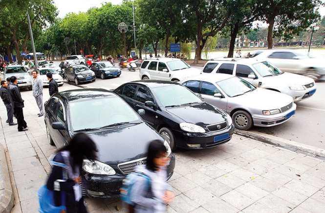 Hàng loạt xe công đỗ trên lề, dưới lòng đường Đinh Tiên Hoàng (Hà Nội) (Ảnh: Tuổi trẻ)