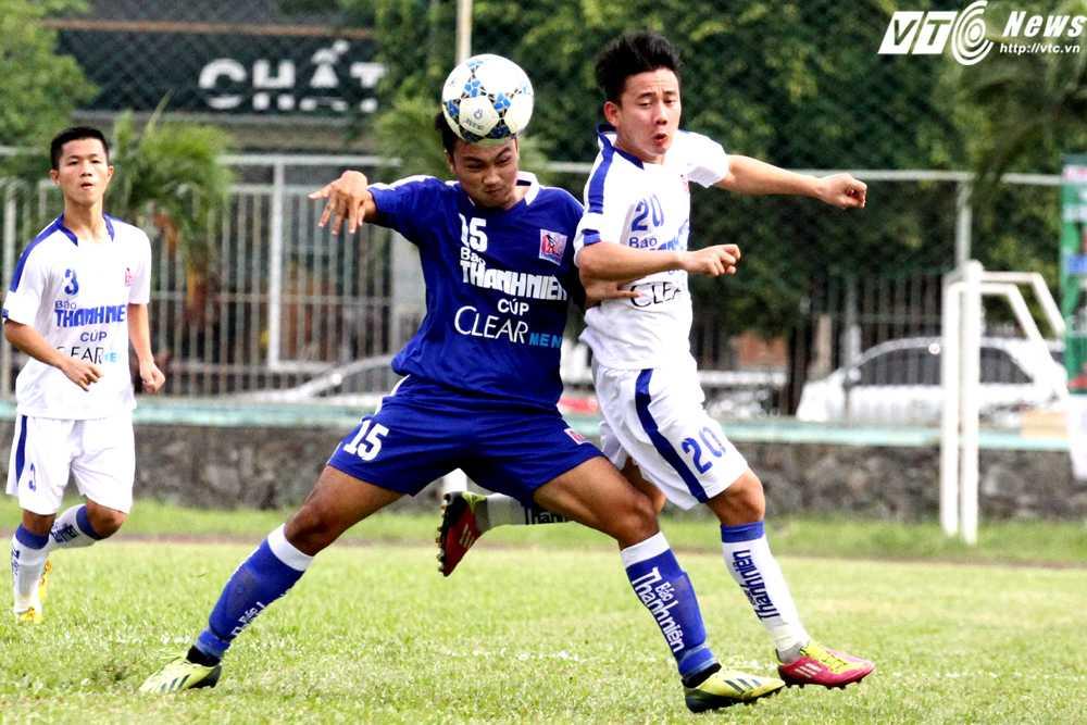U21 An Giang (áo xanh) phong tỏa tốt những ngòi nổ tấn công của U21 Gia Lai (Ảnh: Hoàng Tùng)